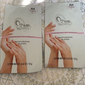 Me make over essentials moisturizing gloves